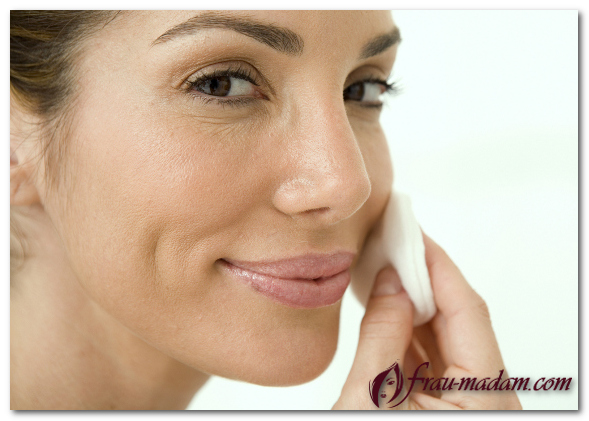 женщина снимает макияж