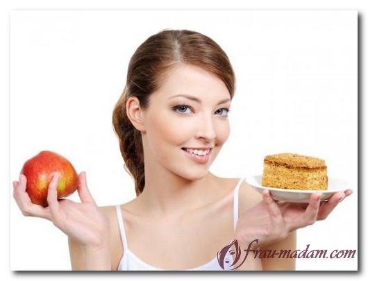 женщина с яблоком и пирожным