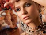 Подчеркиваем цвет глаз женскими аксессуарами