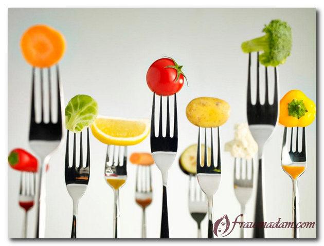 вилки с нанизанными овощами