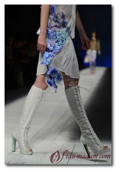 Как с чем носить белые резиновые сапоги