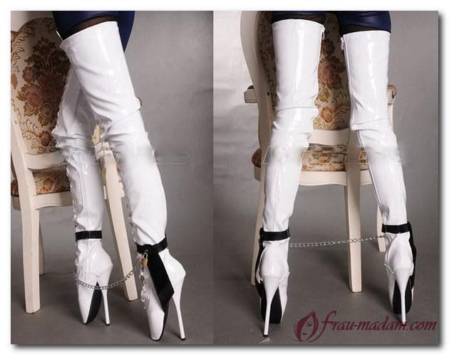 белые сапоги в форме пуантов