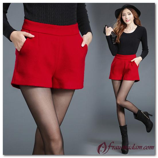 девушка в красных шортах