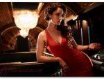 С чем носить длинное платье красного цвета с открытой спиной