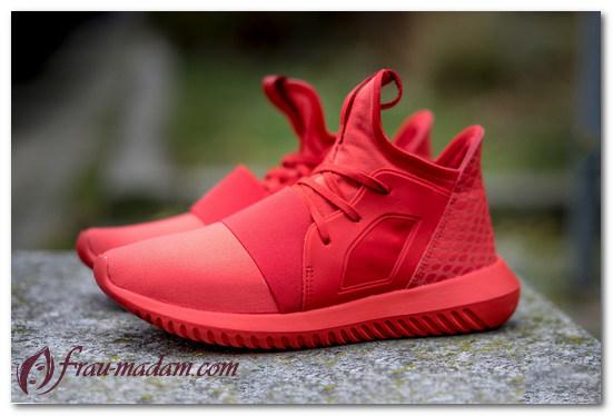 красные кроссовки с чем носить