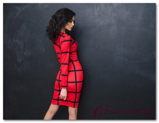 Сочетание красной кофты и синего платья
