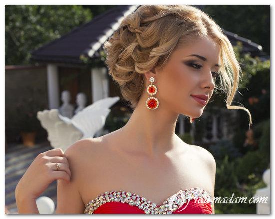 Красное платье и прическа