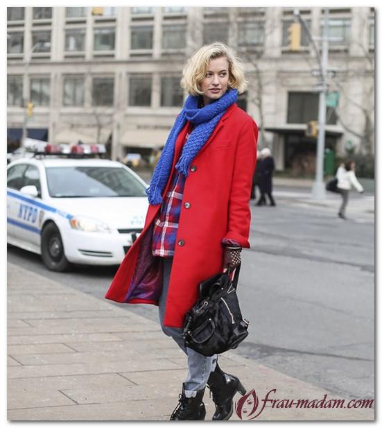 красное пальто с синим шарфом